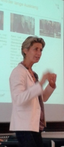 Charlotte Hager erläutert die Möglichkeiten der semiotischen Analyse. © comrecon
